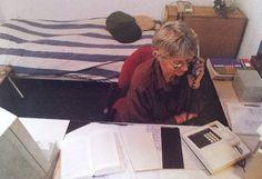 In de Elsevier van december 1994 verschijnt een artikel over de Telefonische Hulpdienst met deze foto van een bellende vrijwilligster. 'Het werk bestaat vooral uit luisteren. We zijn preventief bezig op een tijdstip waarop anderen dicht zijn.' Op de achtergrond is een bed te zien: Wie nachtdienst heeft gehad kan hier na afloop verder slapen.