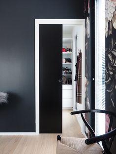 JELD-WENin seinän sisään liukuva liukuovi Steady 411 Slide musta ja musta seinä http://www.jeld-wen.fi/ovet/sisaovet/sisaovivalikoima/tuotesivu/?productId=3481