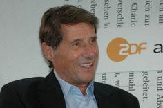 """Bild: """"Udo Jürgens 001"""" von Blaues Sofa from Berlin, Deutschland - Udo Jürgens im Gespräch mit Christhard Laepple. Lizenziert unter CC BY 2.0 über Wikimedia Commons"""