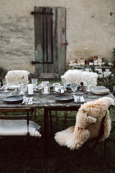 Incredibly inspired, we came back home from our Rustic & Raw Workshop. It was a memorable adventure we'd love to share with you. Indoor Outdoor, Outdoor Spaces, Rustic Outdoor, Outdoor Decor, Outside Living, Outdoor Living, Rustic Chic Decor, Old Shutters, Decoration Table