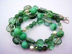 halskæde med lysegrønne ferskvandsperler, grøn aventurin samt glasperler i grønne nuancer. Monteret på kraftig wire med lås i sterlingsølv