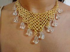 Max colar elegante todo feito com elos e argolas e acabamento em cristais de vidro transparente.