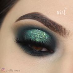 A gorgeous olive green eye look! Truly a masterpiece! By: looks videos Olive Green Glittery Eye Makeup Look Tutorial Green Eyeshadow Look, Makeup Looks For Green Eyes, Makeup Eye Looks, Eye Makeup Art, Smokey Eye Makeup, Eyeshadow Makeup, Green Smokey Eye, Eyeliner, Makeup Kit
