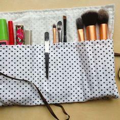 Réalisez une petite trousse à maquillage pour emporter vos pinceaux, vos mascaras et vos crayons où que vous alliez !