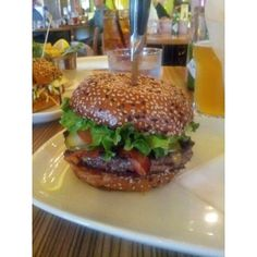 Burger rating for Rogue Kitchen & Wet Bar, Vancouver.