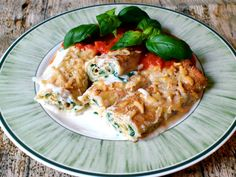 Recipe: Florentine style crêpes - pancakes filled with spinach and ricotta - IngredientMatcher - Recipes by Ingredients Traditional Italian Dishes, Savory Crepes, Spinach Ricotta, English Food, Main Dishes, Fries, Pancakes, Chicken, Recipes
