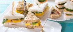 Mini kip en mango broodjes. Recept te vinden op: http://www.leukerecepten.nl/recepten/618-mini-sandwich-met-kip-en-mango