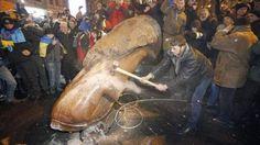 Los manifestantes ucranianos derriban la estatua de Lenin en Kiev