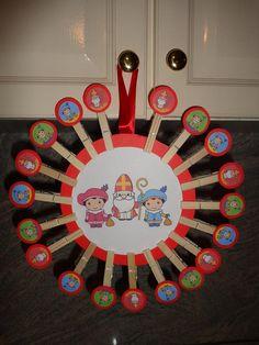idee van facebook Ik heb dit idee ooit ergens voorbij zien komen voor de kerst maar ik heb er een Sinterklaas aftelkalender van gemaakt voor mijn zoontje van 3, elke dag een wasknijper eraf en zo weet hij dat pakjesavond steeds dichterbij komt. Alles van de Action natuurlijk