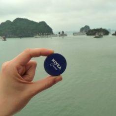 """NIVEA in Vietnam. Hier in Halong Bay in Nordvietnam. In der Halong Bucht ragen nach offiziellen Angaben 1969 Kalkfelsen, zumeist unbewohnte Inseln und Felsen, zum Teil mehrere hundert Meter hoch, aus dem Wasser. Die Bucht wurde von der UNESCO zum Weltnaturerbe erklärt. Der Name der Bucht bedeutet: """"Bucht des untertauchenden Drachen"""""""