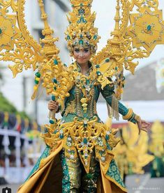 Jember Fashion Carnaval 2018. Carnival Outfits, Carnival Costumes, China Fashion, Fashion Art, Fashion Design, Weird Fashion, Unique Fashion, Headdress, Headpiece