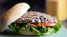 Burgers aux haricots noirs Going Vegan, Recipe Box, Tofu, Sandwiches, Bbq, Food And Drink, Veggies, Healthy Eating, Meals