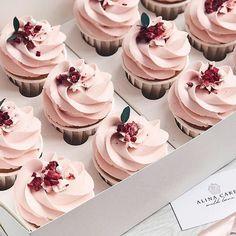 Homemade Chocolate, Chocolate Recipes, Köstliche Desserts, Delicious Desserts, Blackberry Dessert Recipes, Cupcake Recipes From Scratch, Fancy Cupcakes, Buttercream Recipe, Frosting