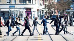 Aktivisten und Schüler der Autonomen Schule protestieren in Altstetten Hand in Hand gegen Polizeikontrollen. (NZZ, 8. April 2015) Street View, City