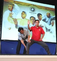 Grandmaster Chen Zhenglei (left) explained the knee and foot positions.of chen style tai chi