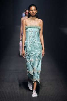 Kenzo Spring 2020 Ready-to-Wear Fashion Show - Vogue 2020 Fashion Trends, Fashion Week, Fashion 2020, Look Fashion, Runway Fashion, Fashion Design, Queen Fashion, Fashion Pics, Ladies Fashion