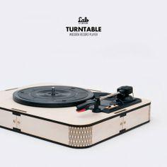 舊媒體的類比質感總是有一種親切的溫暖。當我們輕易地享受數位的便利而帶來完整的聲音,黑膠唱片的不完美讓人重溫人文的質感。黑膠唱機結合手造風和數位製造,精準的木工切割結合類比的黑膠唱盤,把音樂的原始感和人文連結,用手把唱針放在音樂盤之上,復興音樂的感知。供電:USB,可搭配 220V/100V 5V 電源轉換器輸出:RCA轉速:33/45/78 rpm (可調節)兼�... Cnc Milling Machine, Turntable, Lab, Packaging, Toys, Vinyl Records, Activity Toys, Record Player, Clearance Toys