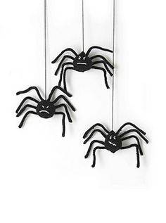 A quick knit for Halloween! Use a tennis or polystyrene ball to 'stuff' the spider to ensure he is perfectly round.