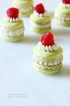 These raspberry lemonade macarons are adorable! I love how many ways and styles you can serve macarons. Lemon Dessert Recipes, Sweet Recipes, Cookie Recipes, Cupcakes, Cupcake Cakes, Mini Cakes, French Macaroons, Pastel Macaroons, Lemon Macarons