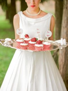 strawberry cupcakes in polka dot liners http://weddingwonderland.it/2016/06/matrimonio-rockabilly-anni-50.html