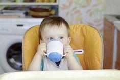 Welche Tees eignen sich für Babys? | Tee ist ein gesunder Durstlöscher - und hilft zudem noch prima, wenn das Bäuchlein zwickt oder das Baby hustet. Welche Tees sich für Babys eignen und ab wann sie Sinn machen, lesen Sie hier.
