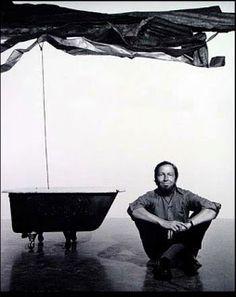 """Robert Rauschenberg, """"pintura y objetos de desecho"""". Pintor y artista estadounidense, que alcanzó notoriedad en 1950 durante la transición desde el expresionismo abstracto al Pop-Art, del cual fue uno de los principales representantes en su país."""