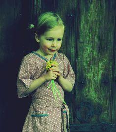 Mädchenkleid:  altrosa/pflaume Muster Ornamente  zwei aufgesetzte Täschchen  Schmuckborte am Halsauschnitt
