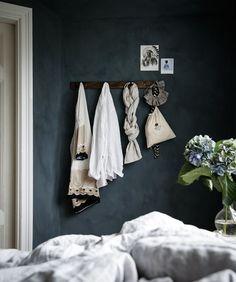 Jotuns Lady minerals kalkfärg i kulören St Pauls blue Black And White Interior, Simple Interior, Interior And Exterior, Interior Design, Blue Bedroom, Bedroom Colors, St Pauls Blue, Masculine Interior, Minimal Home