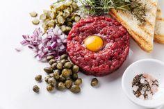 Cos'è? Si tratta di un piatto di origine francese con carne cruda che è stato interpretato in vari modi. Scoprite con noi la ricetta