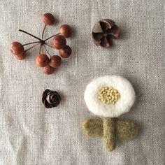 見るからに暖かそうな、もこもこフェルトのブローチです。洋服にはまだ早くても、ブローチなら冬素材を取り入れやすくて◎  ■TITI-TEXTILE'S GALLERY/お花のブローチ