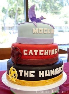 The Hunger Games trilogy cake. Mockingjay should be on the bottom and The Hunger Games on the top. Hunger Games Party, The Hunger Games, Hunger Games Cake, Hunger Games Fandom, Hunger Games Catching Fire, Hunger Games Trilogy, Suzanne Collins, Katniss Everdeen, Cupcakes