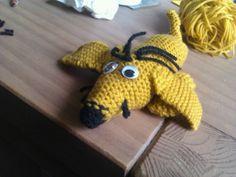 Knitted dog gebreide tekkel hondje volgende moet zn pootjes wat verder naar achter