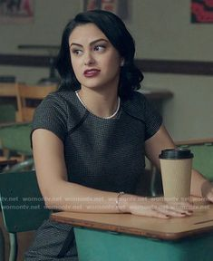 Veronica Lodge Fashion on Riverdale Veronica Lodge Aesthetic, Veronica Lodge Fashion, Veronica Lodge Outfits, Veronica Lodge Riverdale, Riverdale Season 1, Riverdale Cw, Verona, Camila Mendes Riverdale, Tv Show Outfits