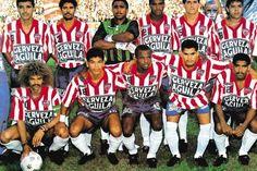 En 1993, año de la tercera estrella, la camiseta juniorista era elaborada por la firma Astros. Red And White Stripes, Football Team, Ronald Mcdonald, Badge, Soccer, How To Wear, Mendoza, Beer, Club