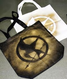 Show Me Cute: DIY Hunger Games Tote couple different totes Hunger Games Party, Hunger Games Crafts, Hunger Games Trilogy, Games For Teens, Books For Teens, Crafts For Teens, Movie Themes, Camping Games, Diy Games