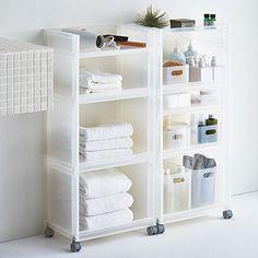 湿気が多いバスルームや洗面所には、ポリプロピレン素材の収納がおすすめ。水に強く、濡れても水分をさっと拭き取ることができます。  ポリプロピレン素材は軽いのも特徴。キャスターをつければすっと動かすこともでき、限られたスペースでは便利ですね。