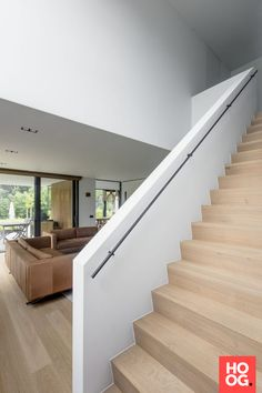 Trapbekleding in hout Staircase Contemporary, Modern Stairs, Glass Stairs, Interior Stairs, Stair Railing, Banisters, Staircase Design, House Stairs Design, Stairways
