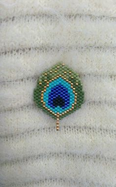 Woven with miyuki beads Peacock feather brooch. Total size of cm brooch. Bead Jewellery, Seed Bead Jewelry, Seed Bead Earrings, Beaded Earrings, Beaded Bracelets, Seed Beads, Beaded Jewelry Patterns, Bracelet Patterns, Tutorials