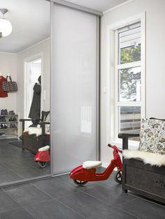"""Gangen er lys og romslig, med gulvvarme, garderobe og en sittebenk. Gulvet er dekket av grå fliser """"Pietre Etrus Nero"""", en praktisk løsning. Skitt vises ikke så godt på det grå gulvet, og varmekablene tørker fort opp vannsøl og smeltet snø. Interior Inspiration, Organization, Living Room, Organize, House, Handmade, Home Decor, Rome, Getting Organized"""