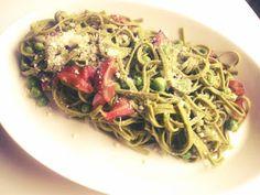 Pasta carbonara suomalaisittain: Fettucinea herneillä ja luomupekonilla Pasta Carbonara, Spaghetti, Ethnic Recipes, Food, Essen, Yemek, Spaghetti Noodles, Meals