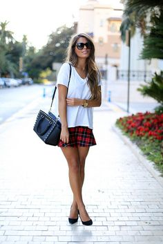 Tartan skirt ou de outra estampa ou saia preta e sapatilha tartan