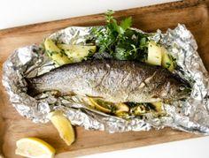 Für die Forelle mit Kräutern zuerst die Forellen innen gut auswaschen, mit Küchenpapier abtupfen und mit Salz und Pfeffer abschmecken. Alufolie mit
