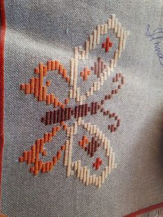 Broderie Bargello, Plastic Canvas Stitches, Churidar Designs, Diy And Crafts, Cross Stitch, Lily, Butterfly, Embroidery, Toilet Paper Art