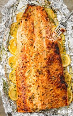 Baked Garlic Butter Salmon - This healthy baked salmon in foil is the best way to feed a crowd. Baked Salmon Recipes, Fish Recipes, Seafood Recipes, Beef Recipes, Baking Recipes, Baking Tips, Dinner Recipes, Healthy Recipes, Chicken Recipes