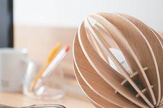 La Lampe à poser Fève Chêne - Gone's. La gamme Fève est produite en France à partir de bois multipli plaqué en frêne teinté ou en chêne brut. #ecologie #ecofriendly #madeinfrance #responsable #deco #decoration #colour #color #wood #bois #green #nature #handmade #design