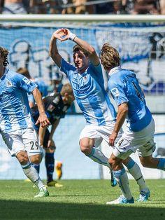 Moritz Stoppelkamp (M) erzielte in der Nachspielzeit den Siegtreffer gegen den FSV Frankfurt. 1860 München gewann das Heimspiel mit 2:1. (Foto: Marc Müller/dpa)