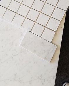 marble and granite bathrooms Carrara Marble Bathroom, Black Marble Bathroom, Backsplash Arabesque, White Marble, Honed Marble, Shower Floor Tile, Bathroom Floor Tiles, Shower Tile Designs, Diy Shower