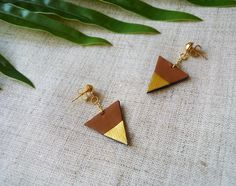 Boucles d'oreilles triangle en cuir recyclé noir doré marron - Modèle Arrow par Adorness #triangle #boucles #chic #cuir #upcycling #doré #marron