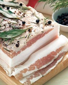 Lardo d'arnad, a salume, preserved meat, typical in Valle d'aosta, made of a fatback in brine and herbs. Charcuterie, Prosciutto, Wine Recipes, Gourmet Recipes, Embutido Recipe, Bratwurst Sausage, Calories In Vegetables, Fusion Food, Pork Dishes