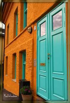 i really like this color combo. orange walls with aqua door and trim Orange Walls, Orange And Turquoise, Turquoise Party, Turquoise Door, Orange Brick, Aqua Door, Blue Doors, Pintura Exterior, Orange Kitchen